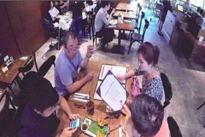 Αυτή η οικογένεια δεν έχει δει τον γιο της για 3 ολόκληρα χρόνια - Δεν έχει όμως ιδέα ποιος κάθεται στο δίπλα τραπέζι.