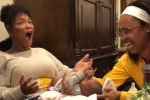 Αυτή η μαμά αλλάζει πάνα στο  μωρό της, όμως μετά από λίγο αυτό που συμβαίνει την κάνει να παγώσει