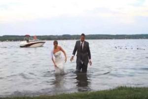 Αυτή η  νύφη και ο γαμπρός βγαίνουν από το νερό -  Προσέξτε τώρα το νυφικό της θα πάθετε σοκ