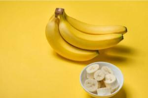 Έκοψε μια μπανάνα και έβαλε τα κομμάτια σε ένα μπουκάλι με ζάχαρη - Ο λόγος; Σωτήριος!