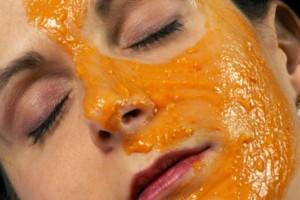 Λιώνει ένα πορτοκάλι και το απλώνει στο πρόσωπό της - Μόλις δείτε το λόγο θα τρέξετε να το κάνετε!