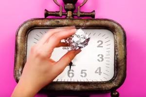 Βρέχει ένα παλιό ρολόι και το τρίβει με αλουμινόχαρτο - Μόλις δείτε το λόγο θα τρέξετε να το κάνετε!