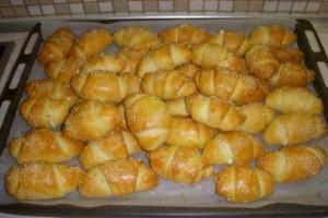 Αφράτα τυροπιτάκια, με σπιτική και  εύκολη γιαουρτένια ζύμη