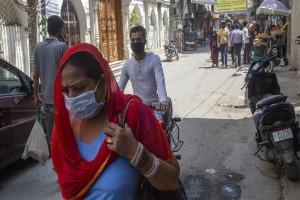 Κορωνοϊός Ινδία: Σε καραντίνα πάνω από 15.000 άνθρωποι που ήρθαν σε επαφή με γκουρού που πέθανε από τον φονικό ιό