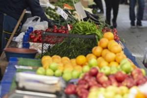 «Βόμβα» από γιατρό - Ο κορωνοϊός «ζει» πάνω στα φρούτα και λαχανικά - Τι πρέπει να κάνουμε;