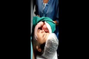 Νεογέννητο μωρό δεν αφήνει από την αγκαλιά του την μητέρα του - Θα σας φτιάξει την μέρα