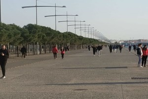 """Απαγόρευση κυκλόφορίας: Απτόητοι οι Θεσσαλονικείς - """"Βούλιαξε"""" η παραλία για ακόμη μια φορά!"""