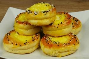 Τυροπιτάκια με αφράτη ζύμη γιαουρτιού