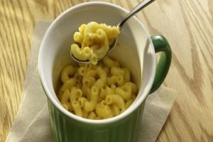 Γεμίζει μια κούπα του καφέ με μακαρόνια και τη βάζει στο φούρνο μικροκυμάτων - Το πιο έξυπνο κόλπο για γεύμα στη στιγμή!