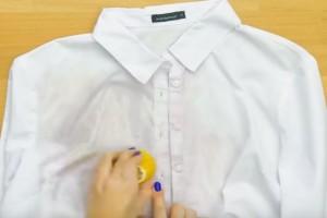 Τρίβει το λεκιασμένο της πουκάμισο με ένα λεμόνι - Το αποτέλεσμα είναι εκπληκτικό!