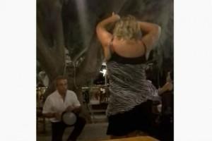 """35χρονη γυναίκα χόρεψε τσιφτετέλι και """"τρέλανε"""" όλο το Youtube"""