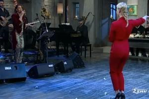 """Γυναικάρα """"στα κόκκινα"""" χορεύει τσιφτετέλι και τρελαίνει όλο το στούντιο!"""