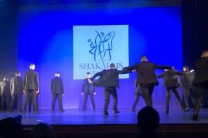 Μαυροφορεμένοι άνδρες χορεύουν ζεϊμπέκικο και αφήνουν τους πάντες άφωνους