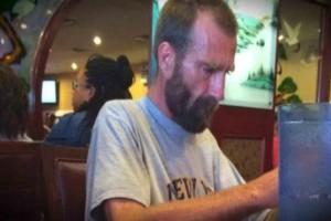 Αυτός ο άστεγος ζητούσε απεγνωσμένα νερό - Όταν οι υπάλληλοι εστιατορίου του αρνήθηκαν, δείτε τι γίνεται
