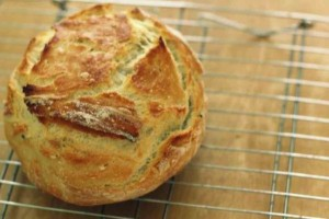 Πανεύκολο ψωμί στο σπίτι χωρίς μαγιά και αλεύρι που δεν παχαίνει