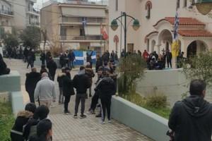 Δεκάδες πολίτες συγκεντρώθηκαν έξω από Εκκλησία εν μέσω κορωνοϊού - Έψαλλαν τροπάρια και ύμνους, κρατώντας σημαίες και σταυρούς (Video)