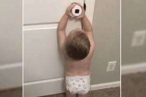 Αυτός ο 2χρονος μπόμπιρας κοιτάει με περιέργεια το προστατευτικό ασφαλείας στην πόρτα - Αυτό που έκανε λίγα δευτερόλεπτα μετά θα σας αφήσει με το στόμα ανοιχτό!