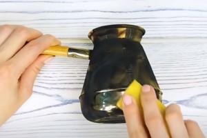 Τρίβει με τη φλούδα μιας μπανάνας τον πάτο από ένα σκουριασμένο μπρίκι - Μόλις δείτε το αποτέλεσμα θα ενθουσιαστείτε!