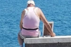 72χρονος παππούς κάθεται κάθε μέρα με μια κορνίζα στη θάλασσα... - Ο λόγος ραγίζει καρδιές