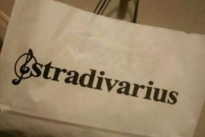 Stradivarius e shop: Φέρε την άνοιξη στην ντουλάπα σου με αυτό το ασύμμετρο φλοράλ τοπ!