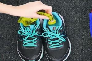 Τύλιξε μαγειρική σόδα μέσα σε μια χαρτοπετσέτα και την έβαλε μέσα στα αθλητικά του παπούτσια - Το αποτέλεσμα θα σας ενθουσιάσει!