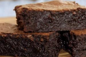 Υγρό brοwnies με 5 υλικά σε χρόνο ρεκόρ - Οικονομικό και λαχταριστό γλυκό