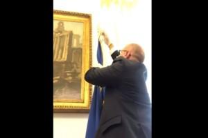Ιταλία: Ο αντιπρόεδρος της βουλής κατέβασε τη σημαία της Ευρωπαϊκής Ένωσης