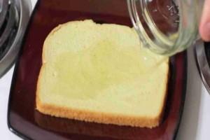 Έριξε ξύδι πάνω σε μια φέτα ψωμί και το πέταξε στα σκουπίδια- Αν δείτε τι έγινε θα μείνετε άφωνοι