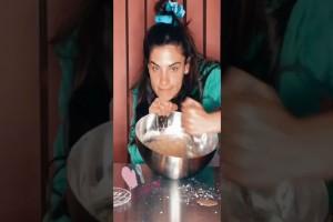 Η Χριστίνα Μπόμπα φτιάχνει κέικ μπανάνας και βγαίνει... αποτυχία!
