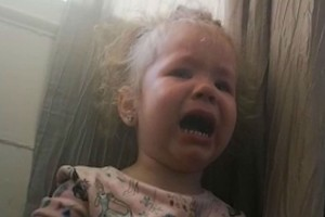 Ραγίζει καρδιές η αντίδρασή αυτού του 3χρονου κοριτσιού απέναντι στην καραντίνα!