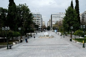 Η φωτογραφία της ημέρας: Βόλτα στην άδεια πλατεία Συντάγματος