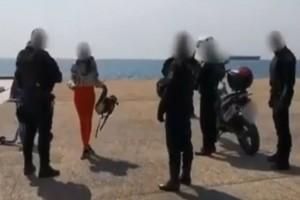 """Θεσσαλονίκη: Ραδιοφωνική παραγωγός τα """"πήρε"""" με την κλειστή παραλία, κατήγγειλε συνωμοσία και έσκισε την κλήση"""
