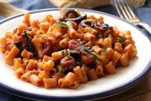 Ζουμερό, νόστιμο, χορταστικό και νηστίσιμο κοκκινιστό χταπόδι με κοφτό μακαρονάκι (Video)