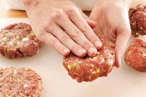 Αντικαταστήστε το ψωμί στα μπιφτέκια με τριμμένο παξιμάδι - Δεν θα τα ξαναφάτε αλλιώς!