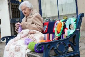 Αυτή η γιαγιά κάθεται σε ένα παγκάκι και πλέκει - Μόλις δείτε τι είναι αυτό που φτιάχνει θα μείνετε με το στόμα ανοιχτό