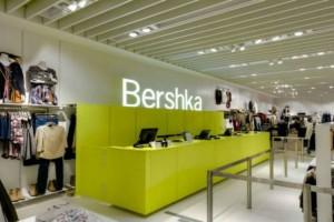 Bershka: Βρήκαμε το πιο στιλάτο και άνετο τζιν της σεζόν που σίγουρα θα λατρέψεις!