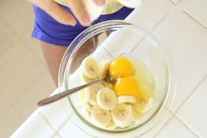 Έριξε μπανάνες και αυγά σε ένα μπολ και τα ανακάτεψε - Θα τρέξετε να το κάνετε