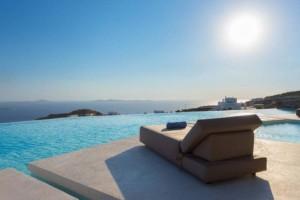 Θεϊκή βίλα στην Μύκονο, με θέα το λιμάνι, πωλείται για 9.500.000 ευρώ