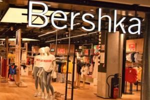 Bershka: Το βελούδινο ολόσωμο μαγιό που ξεπουλάει σαν τρελό