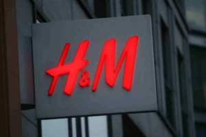 H&M: Το girly φόρεμα ραντάκι είναι ο,τι πιο δροσερό μπορείς να βάλεις -  Έχει μόνο 14 ευρώ
