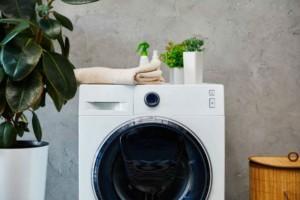 Έβαλε ξύδι στο πλυντήριο και έριξε μέσα τις αγαπημένες της πετσέτες - Μόλις δείτε το αποτέλεσμα θα εκπλαγείτε!
