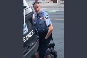 Δολοφονία Τζορτζ Φλόιντ: Ο αστυνομικός τον πατούσε στο λαιμό παρόλο που είχε χάσει τις αισθήσεις του
