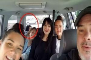 Πριν ξεκινήσουν το ταξίδι έβγαλαν μια οικογενειακή φωτογραφία - Αυτό που κατέγραψε η κάμερα τους πάγωσε το αίμα!