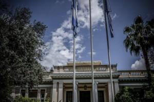 Ρουβίκωνας: Πέταξαν τρικάκια έξω από το Μέγαρο Μαξίμου
