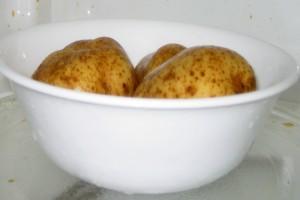 Βάλτε μια πατάτα στο φούρνο μικροκυμάτων - Ο πιο γρήγορος τρόπος για να τις μαγειρέψετε