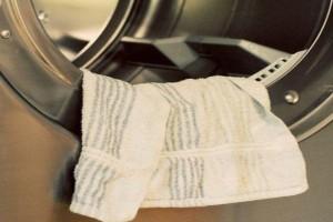 Έβαλε μια βρεγμένη πετσέτα με κοντίσιονερ μέσα στο πλυντήριο - Θα τρέξετε να το κάνετε