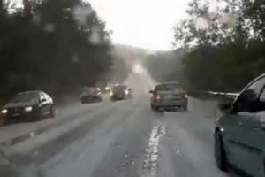 «Άσπρισαν» οι δρόμοι από το χαλάζι στην Χαλκιδική - Σφοδρή καταιγίδα «χτύπησε» την χώρα (Video)