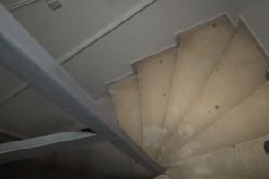 Επίθεση με βιτριόλι στην 34χρονη: Βίντεο-ντοκουμέντο από το κτίριο της Καλλιθέας - Οι κηλίδες ξεκινούν από το υπόγειο