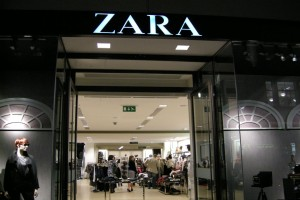 ZARA: Το minimal T shirt που δεν πρέπει να λείπει από καμία ντουλάπα κοστίζει μόλις 5,95€