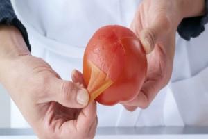 Ξεφλουδίζετε τις ντομάτες σας πριν τις φάτε; Μην το ξανακάνετε ποτέ!